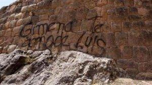 Ещё на одной инкской стене в Куско трое детей оставили своё граффити. Фото - Archivo El Comercio