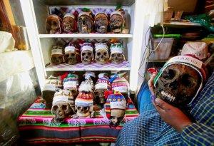 Целительница с черепами. Ла-Пас, Боливия, 07.11.2016. Фото: REUTERS/David Mercado