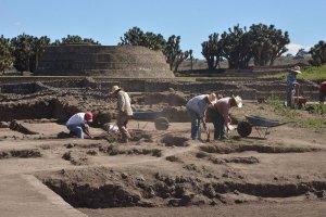 В Сультепек-Текоаке в цистерне для воды найдены скелеты и множество артефактов. Фото: Melitón Tapia/INAH