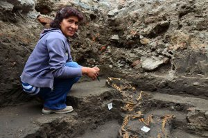 Археолог Лусия Моралес Санчес в Аскапоцалько (Мехико), где найдено древнее захоронение 12 собак. Фото - Melitón Tapia, INAH