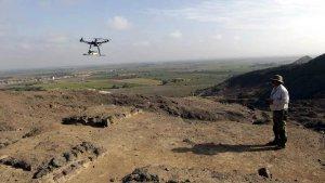Перуанский археолог Луис Хайме Кастильо управляет беспилотником. Фото - Sky News.