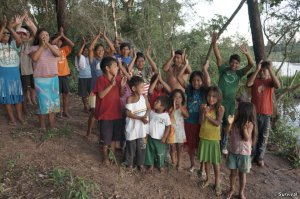 Небольшое бразильское сообщество индейцев гуарани Пиелито Куе (Pyelito Kuê) вернулось на землю своих предков после того, как ранчеро покинули спорную территорию. Фото - Survival International / survivalinternational.org