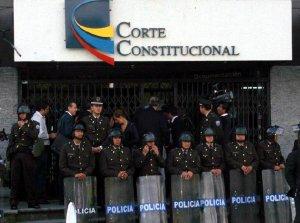 У входа в Конституционный суд Эквадора. Архивное фото, 2013 г.