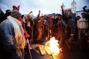Демонстранты сжигают образ президента Рафаэля Корреа, выражая свое несогласие с политикой правительства Эквадора, в т.ч. с намерением ввода неограниченных перевыборов. Фото: Dolores Ochoa / Associated Press