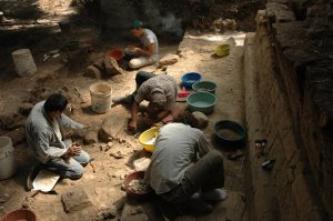 Археологи раскапывают царский дворец в Сейбале. Фото: Т. Иномата