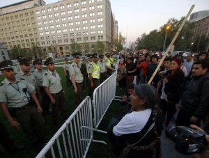 В столице Чили полиция разогнала манифестантов мапуче. Фото - Agencia Uno