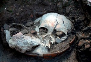 У подножия храма в Тлателолько найден череп в сосуде. Фото - Melitón Tapia / INAH