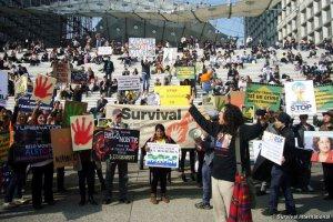 Индейский лидер и свыше ста сочувствующих провели акцию протеста в Париже. Фото - Survival International / survivalinternational.org