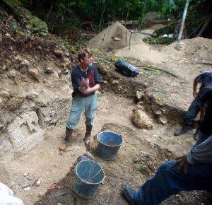 Археолог Дэвид Фрейдель раскапывает стелу 43. Фото - David Freidel/WUSTL