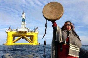 Представитель канадского коренного народа мускеам Одри Сигл в лодке Greenpeace. Фото: Greenpeace