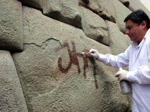 Вандал разрисовал знаменитый камень инкской кладки с 12-ю углами. Фото - El Comercio / elcomercio.pe