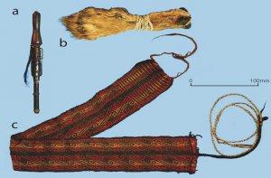 Найденные в Куэва-дель-Чилено предметы: а) деревянная нюхательная трубка b) кожаный контейнер c) текстильная повязка на голову. Фото - ANTIQUITY PUBLICATIONS LTD.