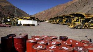 Техника и химикаты компании Barrick Gold в ожидании разрешения на продолжение работ на руднике Паскуа Лама. Фото - Jorge Saenz/Associated Press
