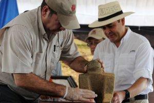 Президент Гондураса Хуан Орландо Эрнандес (справа) рассматривает артефакт из загадочного города. Фото: Орландо Сьерра / AFP