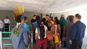 Бразильские индейцы пытались прорваться в здание парламента. Фото: Marina Oliveira/G1