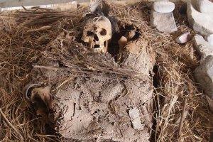 Останки молодого человека, обернутые в саван, обнаружены в штате Идальго. Фото - Хуан Мануэль Тостле Фарфан / INAH