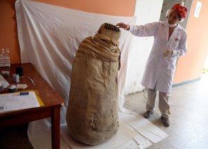 """Исследователь рассказывает о доинкской мумии в """"коконе"""". 04.03.2015. Фото: CRIS BOURONCLE / AFP PHOTO"""