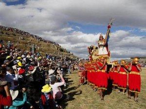 5 тысяч туристов ожидают 24 июня во время проведения празднества Инти Райми («Воскресение Солнца», или «Путь Солнца») в крепости Саксайуаман. Фото - Andina