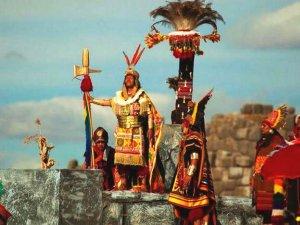 В Куско и Саксауамане в день зимнего солнцестояния отмечали праздник Инти Райми. Фото - @KatyCornejo