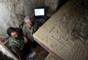Хосе Ортега (слева) и Максим Бано (справа) исследуют Храм надписей. Фото - Melitón Tapia / INAH.