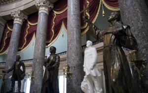 Хуниперо Серра является единственным испанцем, скульптура которого (крайняя справа) представлена в Капитолии. Фото: Jim Watson, AFP/Getty Images