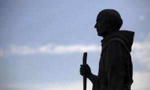 Статуя Хуниперо Серры у миссии Сан-Габриэль-Архангел в Сан-Габриэле (Калифорния). Фото: Mario Anzuoni / Reuters