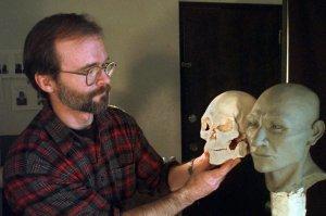 Судебный антрополог Джеймс Четтерс держит слепок черепа Кенневикского человека у реконструированной головы. Архивное фото 9 февраля 1998 г.: Andre Ranieri / Associated Press