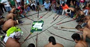 В Бразилии индейцы провели траурную церемонию в память о погибшей в авиакатастрофе футбольной команде (видео)