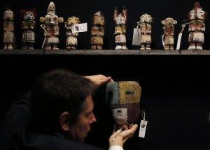 Эксперт французского аукционного дома с артефактами хопи