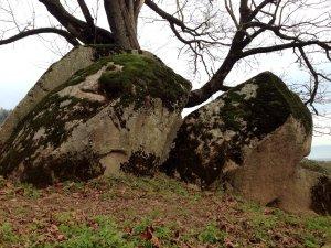 «Камень молнии» - священное место для индейцев сумас. По поверьям в этот камень был превращен один шаман, который вступил в конфронтацию с Громовой Птицей. После камень был разбит на две части ударом молнии.