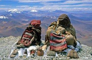 Найденные в 1999 году на вершине вулкана Льюльяйльяко мумифицированные тела мальчика (слева) и девочки (справа). Фото - Johan Reinhard