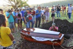Индейцы гуарани-кайова хоронят убитого фермерами Семайо Вилхальву. Фото: Valdenir Rezende / Correio do Estado