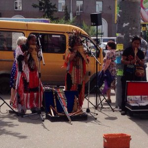 Музыканты из Эквадора в Омске. Июль 2014 г. По всей видимости это именно те, которых сейчас собираются депортировать из страны. Фото - Таня Баньшива / vk.com/tanjabansshi