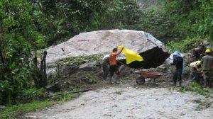 Огромный камень преградил туристам путь в Мачу-Пикчу. Фото - elcomercio.pe