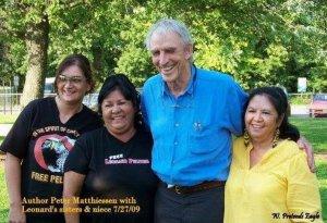 Питер Маттисен с сестрами и племянницей Леонарда Пелтиера. 27.07.2009