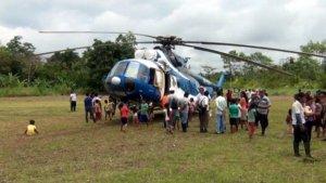 Вертолёт с чиновниками захвачен перуанскими индейцами в качестве заложников Фото: RPP
