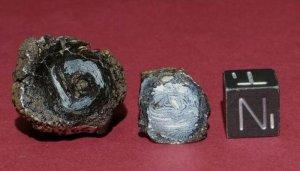 Найденные метеоритные бусины Хоупвеллской традиции (слева) в сравнении с эталоно 1 куб.см.
