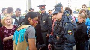Кадр из видео с задержанием индейцев-музыкантов в Мурманске