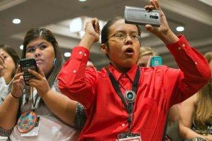 Юноша народа навахо на молодежном саммите коренных народов приветствует упоминание названия своего народа в речи первой леди США Мишель Обамы. Фото: AP Photo/Jacquelyn Martin