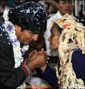 Эво Моралес встречается с индейскими семьями. Архивное фото