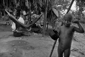Архивное фото: мальчик нукак, живущий в лагере беженцев, ест рис из жестяной миски, которую ему дали миссионеры. 4 сентября 2009, Сан-Хосе-дель-Гуавьяре, Колумбия. Фото - Jan Sochor / www.jansochor.com