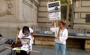 Индейцы проводят акцию протеста у филиалов Национального музея американских индейцев. Фото: Федеральное агентство новостей / Денис Машкин