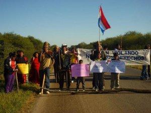 Индейцы айорео блокировали национальное шоссе Парагвая. Фото - GAT/ Survival