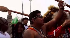 Представители индейцев в Париже призвали найти возможность остановить загрязнение планеты. Фото: кадр видеоряда