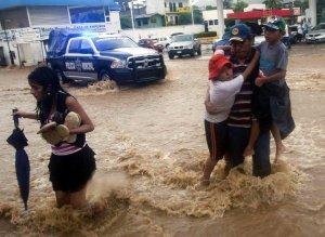 Затопленная улица в Акапулько, шт. Герреро. Фото - AFP / Pedro Pardo