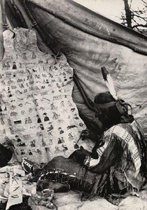 Сэм Убивает Дважды переносит летопись Большого Миссури на шкуру. Фотография Дж.Андерсона, агентство Роузбад, 1926 г.