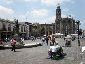 Колониальные здания площади Санто-Доминго в Мехико