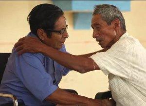 Двое последних носителей исчезающего языка аяпанского соке помирились и будут учить детей своему языку. Фото - кадр видео