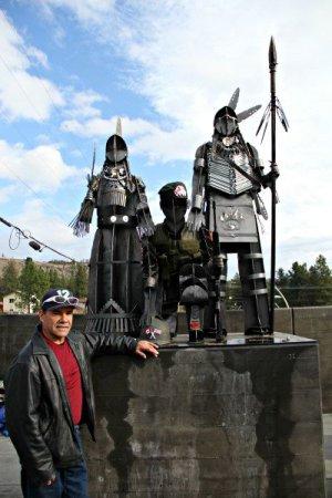 Недавно установленный памятник в честь индейцев, участников мировых войн. На фото - автор монумента Смокер Марчанд.Канада, Британская Колумбия, Westbank First Nation. Фото - kelownanow.com
