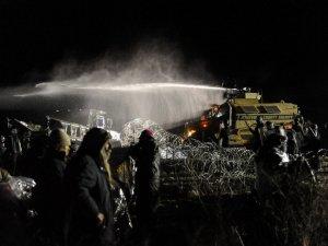 Протестующих против строительства трубопровода индейцев и сочувствующих разогнали водометами. Фото: Stephanie Keith/Reuters (20.11.2016)
